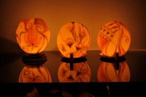 Straußeneikunst Biggi Hopp Lichtobjekte im Dunkel leuchtend